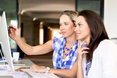 两个年轻女商人的图象在办公室 免版税库存图片