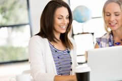 两个年轻女商人的图象在办公室 免版税库存照片