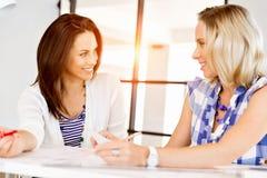两个年轻女商人的图象在办公室 库存照片