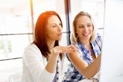 两个年轻女商人的图象在办公室 库存图片