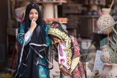 两个年轻害羞的阿曼女孩 免版税库存照片