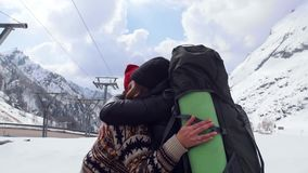 两个年轻激动的妇女旅客在白云岩愉快地互相拥抱 股票视频