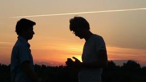 两个年轻男性在成功的成交,交易以后通过金钱 股票视频