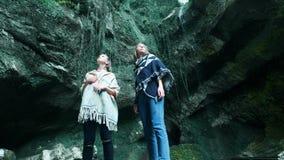 两个年轻白种人女性旅客沿一个热带洞旅行 在后面前进的背包上 启发由秀丽  影视素材
