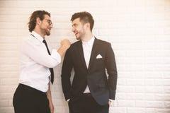 两个年轻精明的商人一起谈话在悠闲时间在室内 企业配合和工友概念,放松概念 库存照片