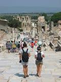 两个年轻背包徒步旅行者游人在以弗所古城 库存图片