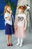 两个幼儿唱在话筒的一首歌曲 组 conce 免版税图库摄影