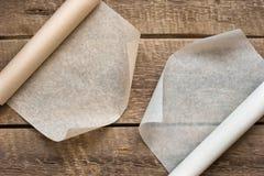 两个开放纸卷在木桌背景的 库存图片