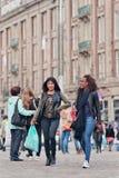两个异乎寻常的女孩走在水坝正方形,阿姆斯特丹,荷兰 库存图片