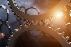 从两个引擎齿轮的特写镜头视图有某一模糊的齿轮和le的 免版税库存图片