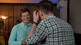 两个微笑的人讲话在党 股票录像
