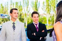 两个微笑的商人 免版税图库摄影
