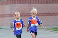 两个微笑的女孩走 免版税库存图片