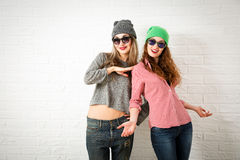两个微笑的时尚行家女孩在春天 库存图片