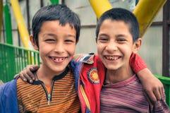 两个微笑的男孩在阿富汗 免版税图库摄影