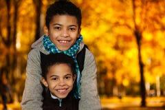 两个微笑的男孩画象  免版税图库摄影