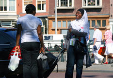 两个微笑的非洲黑人妇女发表演讲关于街道 库存图片