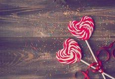 两个心形的棒棒糖为情人节 免版税库存图片