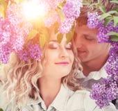 两个恋人在夏天庭院里 库存照片