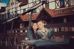 两个恋人日期  在城市附近的少年步行 夫妇爱一起消费时间 图库摄影