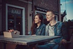 两个恋人日期  在城市附近的少年步行 夫妇爱一起消费时间 免版税库存照片