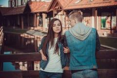 两个恋人日期  在城市附近的少年步行 夫妇爱一起消费时间 免版税库存图片