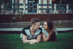 两个恋人日期  在城市附近的少年步行 夫妇爱一起消费时间 库存照片