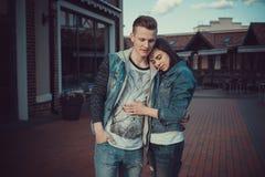两个恋人日期  在城市附近的少年步行 夫妇爱一起消费时间 免版税图库摄影