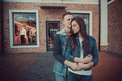 两个恋人日期  在城市附近的少年步行 夫妇爱一起消费时间 库存图片