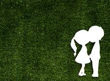 两个恋人纸裁减绿草的 免版税库存照片