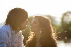 两个恋人背后照明potrtait  库存照片