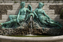 两个恋人雕象布鲁塞尔植物园的  库存图片