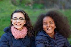 两个愉快的女孩在公园 图库摄影