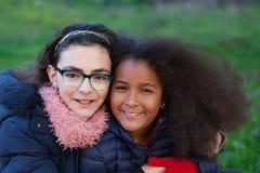 两个愉快的女孩在公园 免版税图库摄影