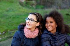 两个愉快的女孩在公园 库存照片