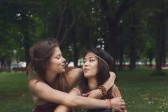 两个愉快的女孩在夏天公园互相拥抱 库存照片