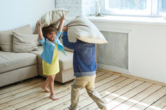 两个愉快的孩子是战斗枕头 免版税图库摄影