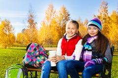 两个愉快的微笑的学校女孩 图库摄影