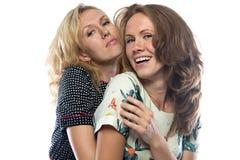两个愉快的拥抱的姐妹 免版税库存图片