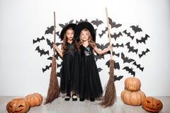 两个愉快的滑稽的小女孩夫妇  图库摄影