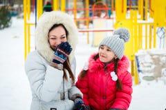 两个愉快的演奏在操场我的女孩、母亲和女儿 免版税图库摄影