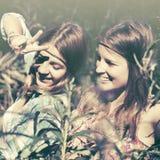 两个愉快的青少年的女孩在夏天森林里 图库摄影