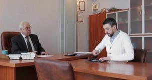两个成人人业务会议在一个明亮的办公室 股票录像