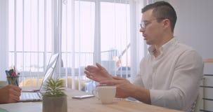两个成人成功的商人画象研究膝上型计算机和有一次正式讨论在办公室户内 股票视频