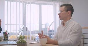 两个成人成功的商人画象研究膝上型计算机和有一次正式讨论在办公室户内 股票录像