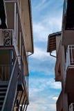 两个房子肩并肩站立,阳台,台阶,屋顶,反对蓝天 库存图片
