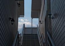 两个房子肩并肩站立,阳台,台阶,屋顶,反对蓝天 图库摄影