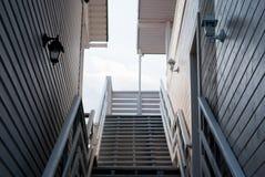 两个房子肩并肩站立,阳台,台阶,屋顶,反对蓝天 免版税库存图片