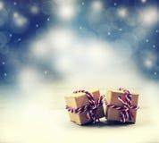 两个手工制造礼物盒在发光的颜色夜背景中 图库摄影