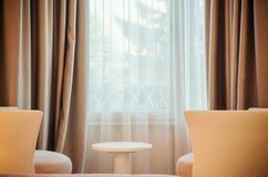 两个扶手椅子和窗口 免版税库存图片